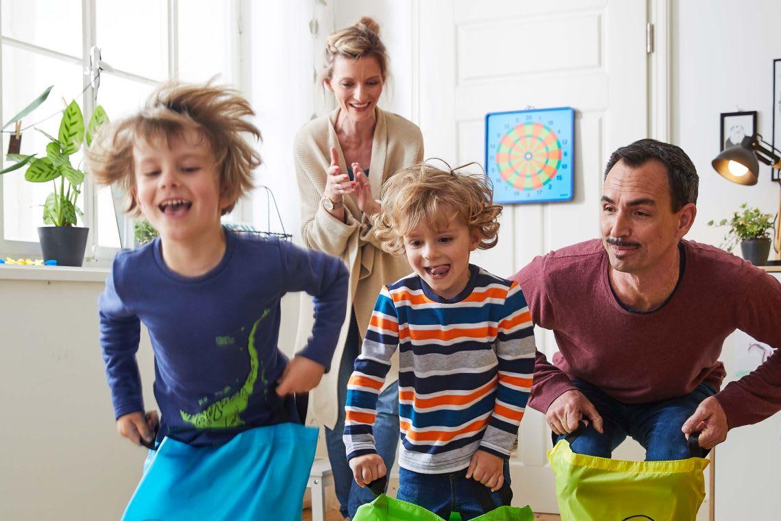 Familienzusammenhalt: Familie spielt zusammen