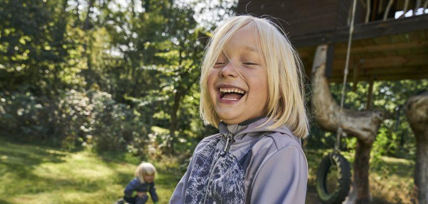 Geschwister spielen Gartenspiele und haben Spaß