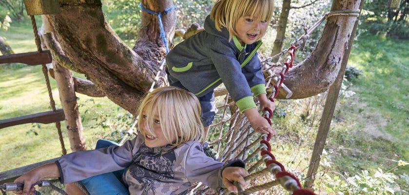 Kinder machen Gartenspiele
