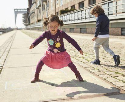 Gartenspiele: Kinder spielen Hüpfspiel