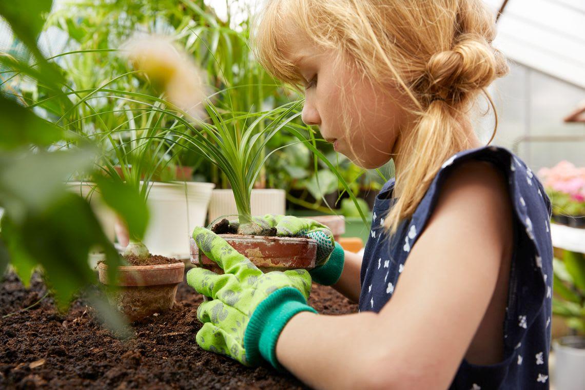 Gartenspiele Alternative: Mädchen beim Gärtnern