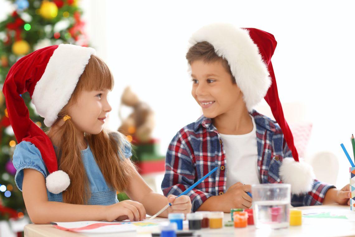 Basteln mit Kindern: Kinder beim Weihnachtsbasteln