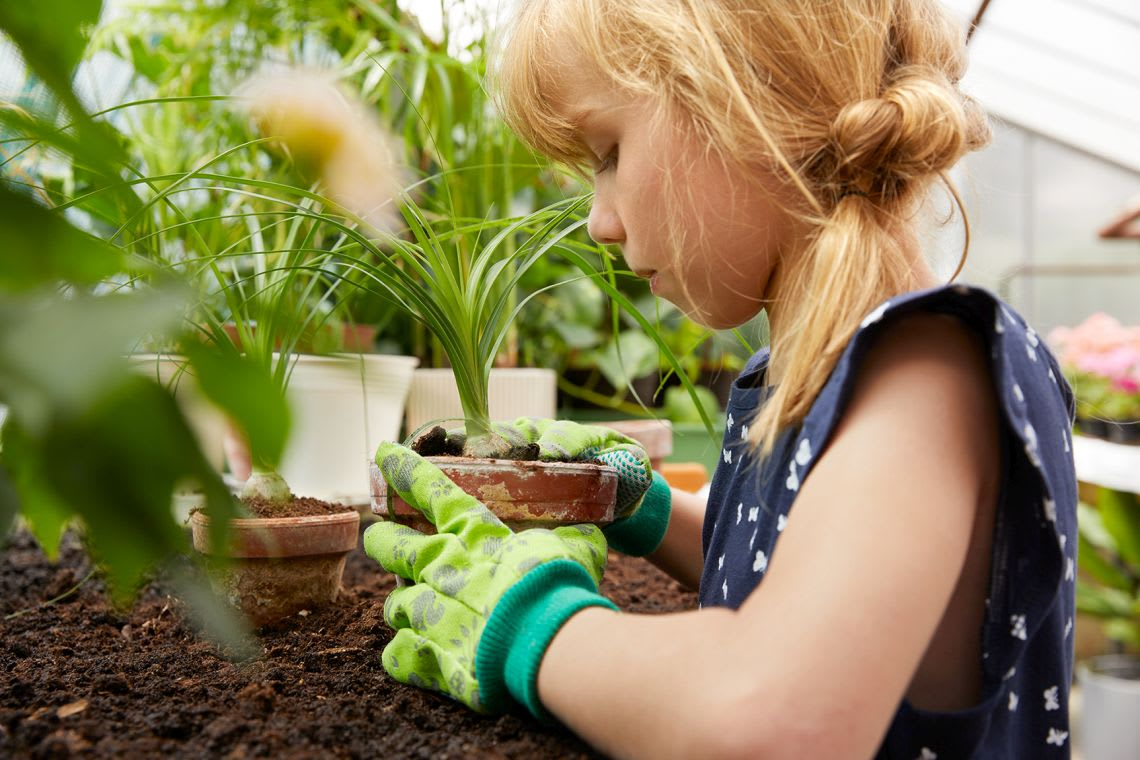 Alternative zum Basteln mit Kindern: Mädchen beim Gärtnern
