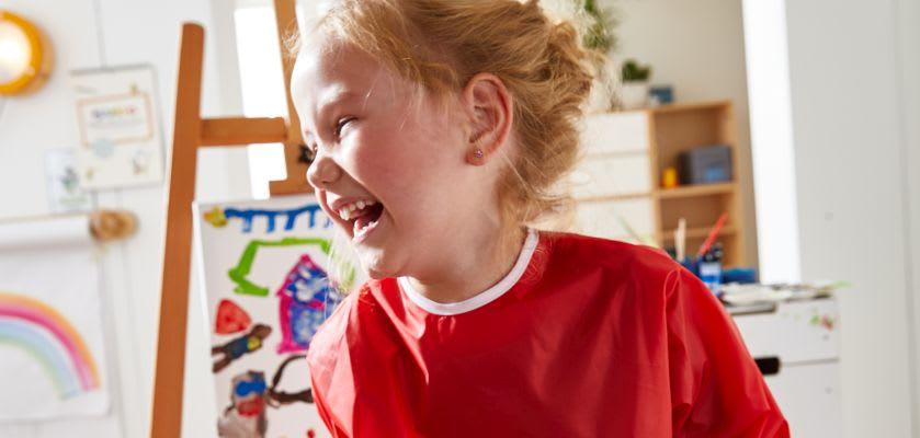 Basteln mit Kindern: Mädchen malt Bild