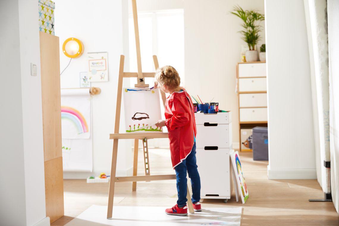 Basteln mit Kindern: Mädchen malt beim Sommerbasteln Bild