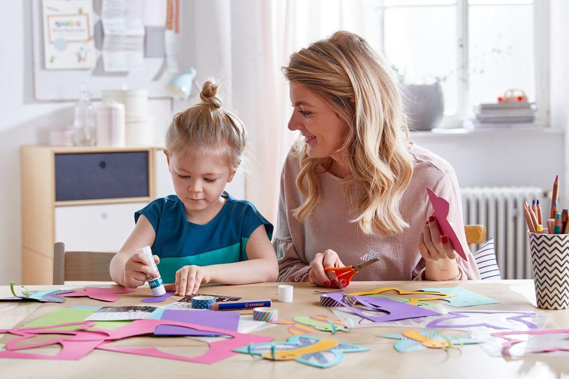 Basteln mit Kindern: Mutter mit Tochter beim Frühlingsbasteln