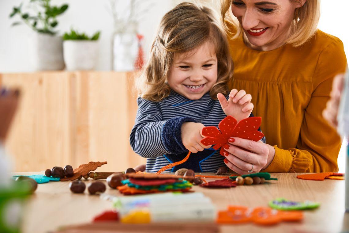Basteln mit Kindern: Mutter und Tochter beim Herbstbasteln
