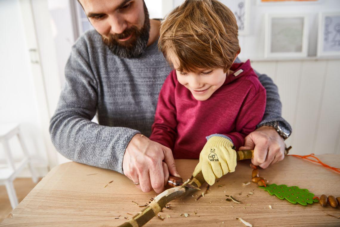 Basteln mit Kindern: Vater schnitzt mit Sohn