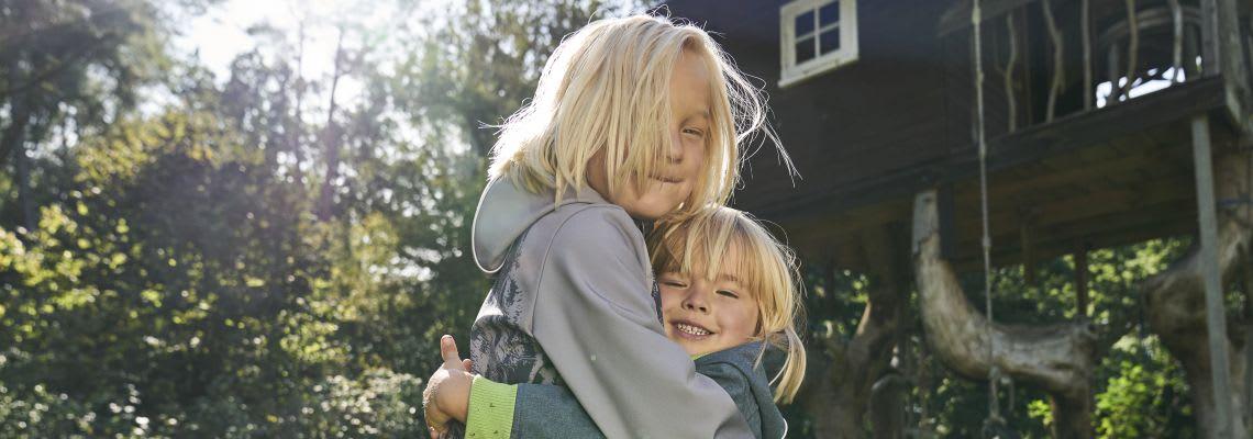 Geschwisterliebe: Kinder umarmen sich