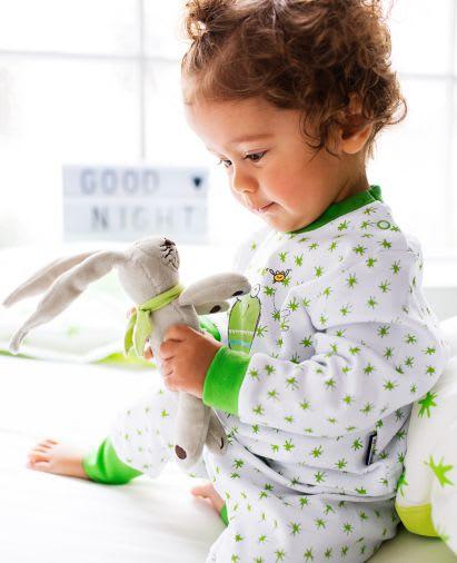 Kuscheltiere zum Einschlafen: Baby spielt mit Schnullerhasen