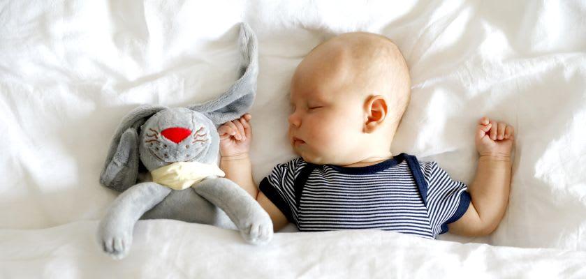 Baby mit Kuscheltier zum Einschlafen