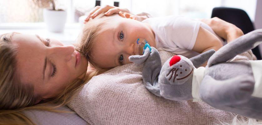 Kuscheltiere zum Einschlafen: Baby kuschelt mit seiner Mutter