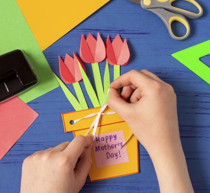 Muttertagsgeschenke basteln: Selbstgebastelte Karte mit Blumen