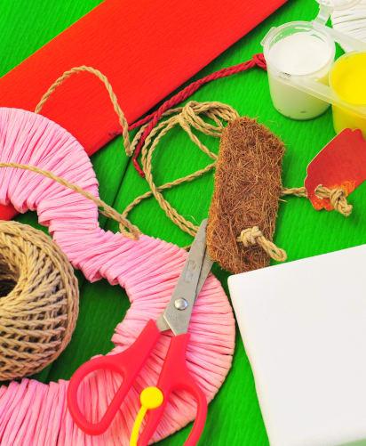 Muttertagsgeschenke basteln: Buntes Bastelmaterial auf dem Tisch
