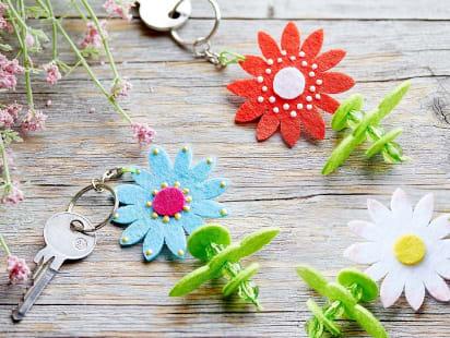 Muttertagsgeschenke basteln: Bunte Schlüsselanhänger mit Blüten aus Filz