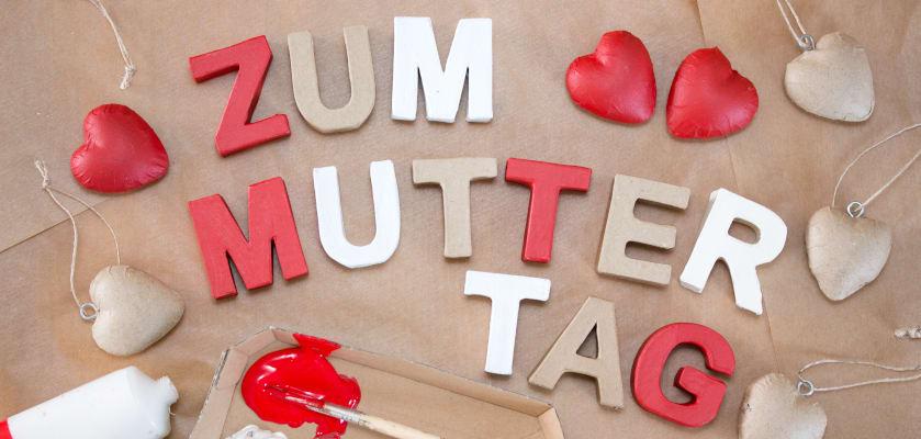 Muttertagsgeschenke basteln: Schriftzug zum Muttertag mit Herzen