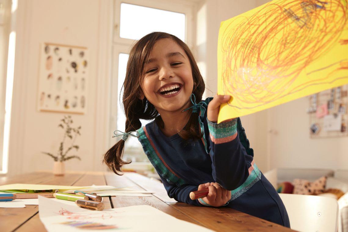 Alternative zum Picknick mit Kindern: Mädchen zeigt gemaltes Bild