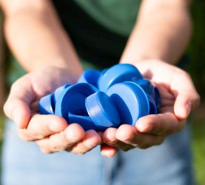 Spiele selber machen: blaue Verschlüsse von Plastikflaschen