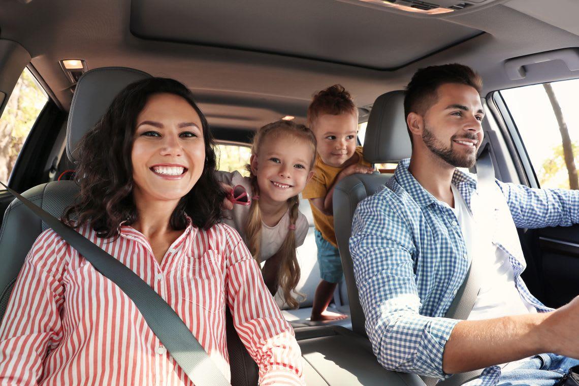 Spiele selber machen: Familie spielt im Auto