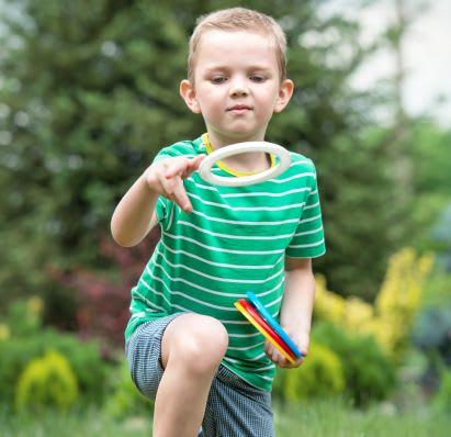 Spiele selber machen: Junge spielt Ringwurf-Spiel