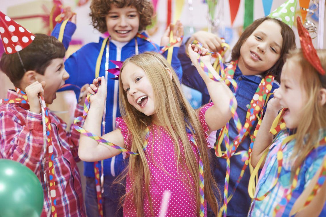 Spiele selber machen: Kinder tanzen auf Kindergeburtstag