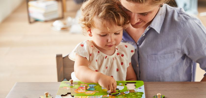 Spiele selber machen: Mutter spielt mit Tochter Steckspiel