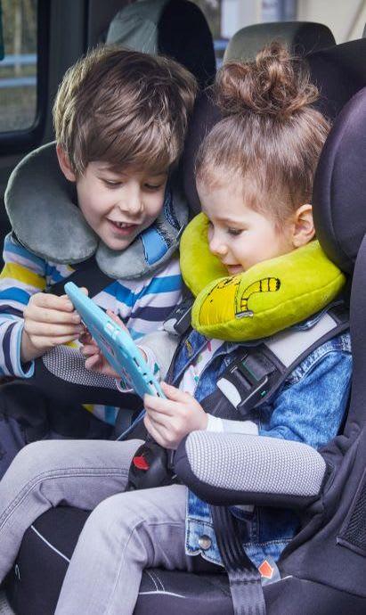 Ausflüge mit Kleinkind: Kinder spielen im Auto
