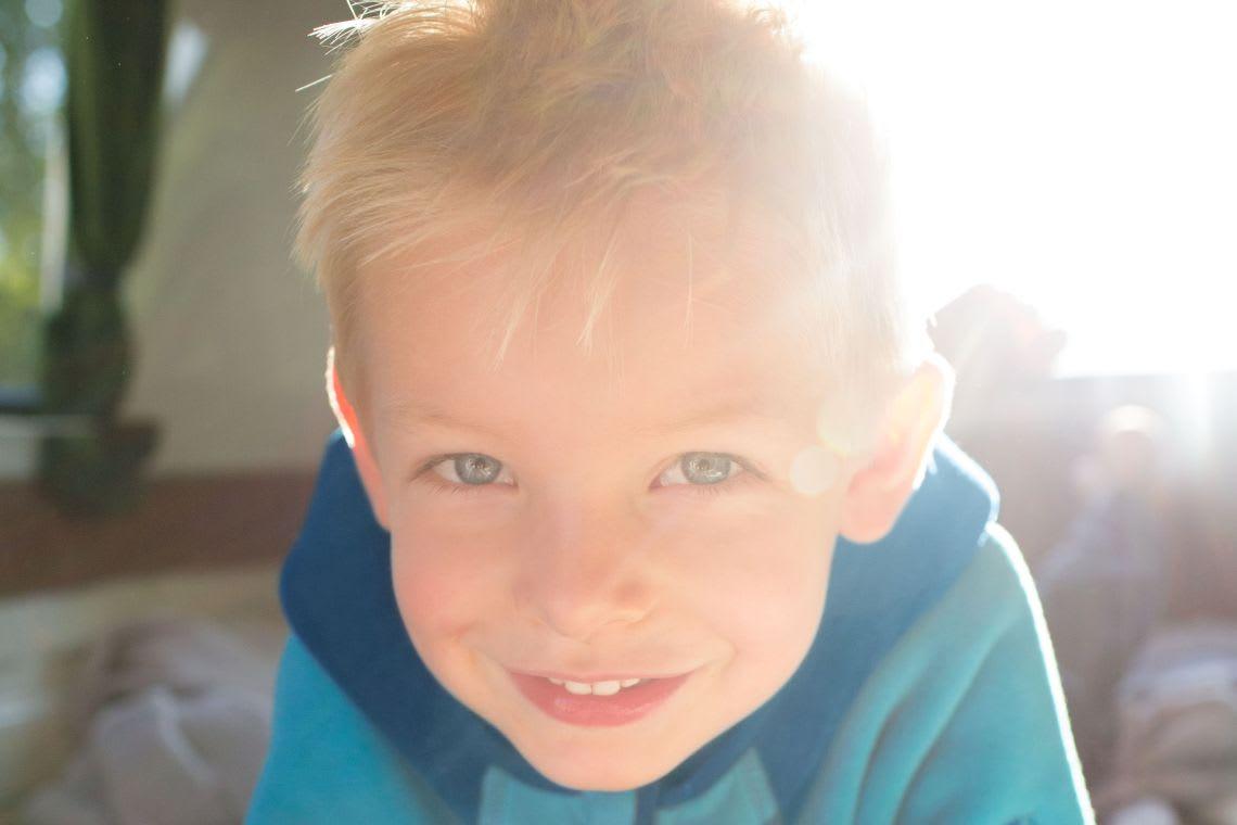 Ausflüge mit Kleinkind & UV-Schutz: Junge spielt in der Sonne