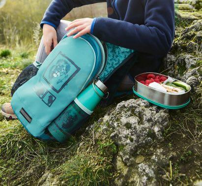Ausflüge mit Kleinkind: Kind packt Rucksack aus