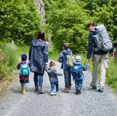 Unternehmungen mit Kindern: Familie beim Wandern