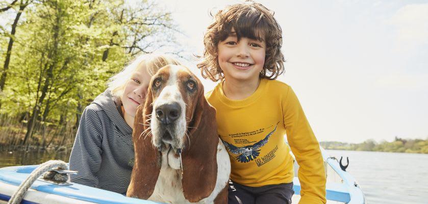 Unternehmungen mit Kindern: Kids mit Hund im Boot