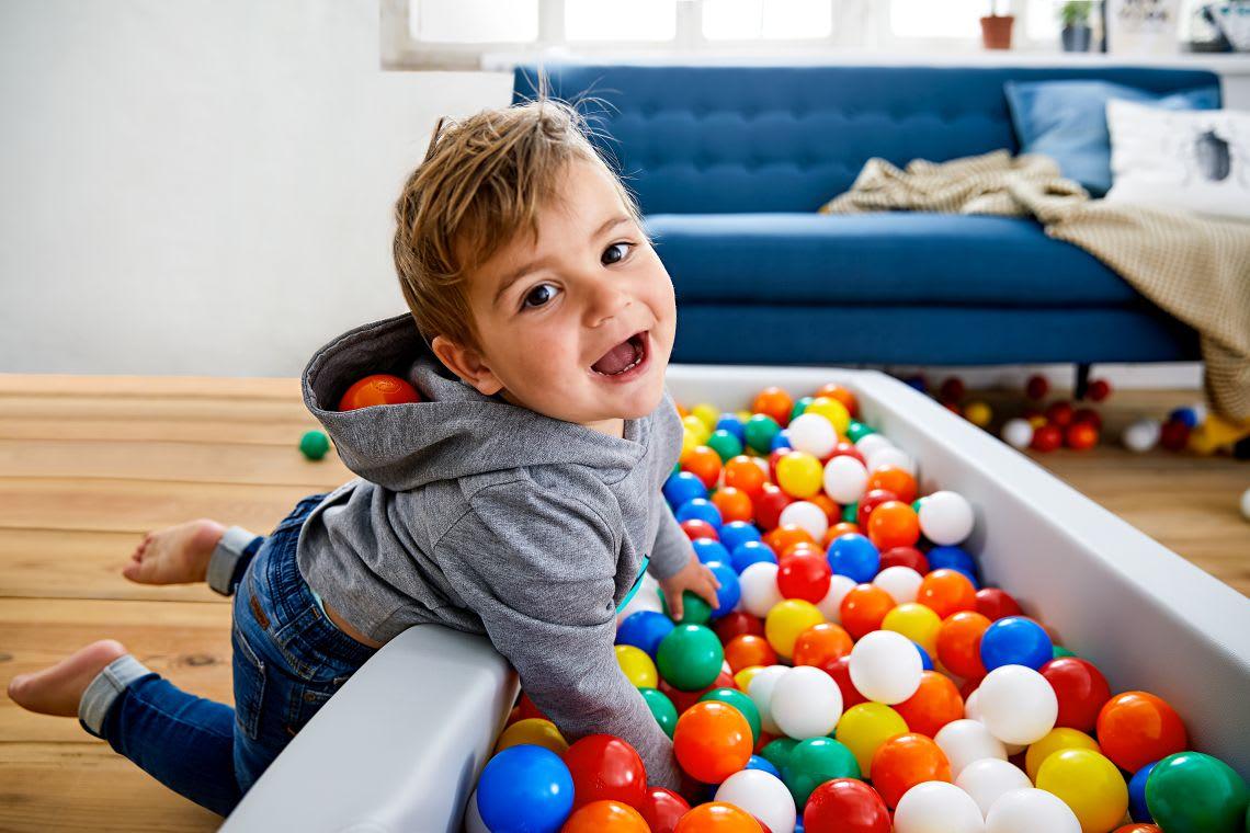 Unternehmungen mit Kindern: Junge spielt im Bällebad