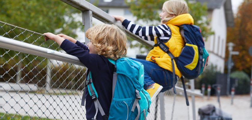 Unternehmungen mit Kindern: Kids mit Rucksäcken beim Ausflug