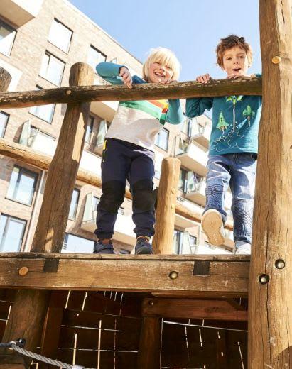 Unternehmungen mit Kindern: Kids klettern auf Klettergerüst