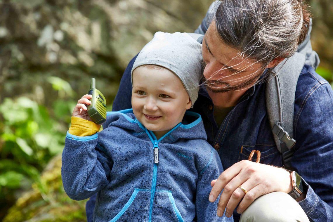Unternehmungen mit Kindern: Vater spielt mit Sohn in der Natur