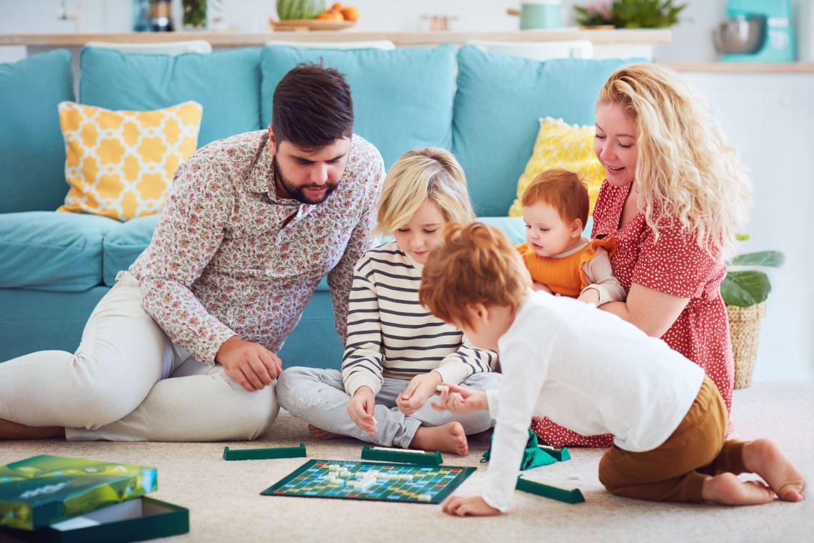 Ideen für den Vatertag: Familie spielt gemeinsam Brettspiele