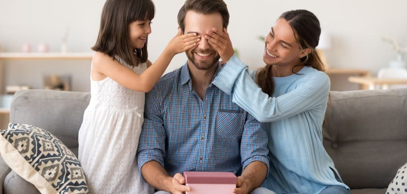 Vatertagsgeschenke basteln: Mutter und Kind überraschen Vater mit Geschenk