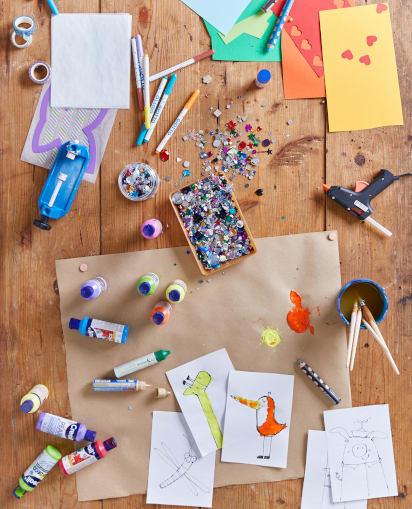 Vatertagsgeschenke basteln: Buntes Material liegt auf einem Tisch