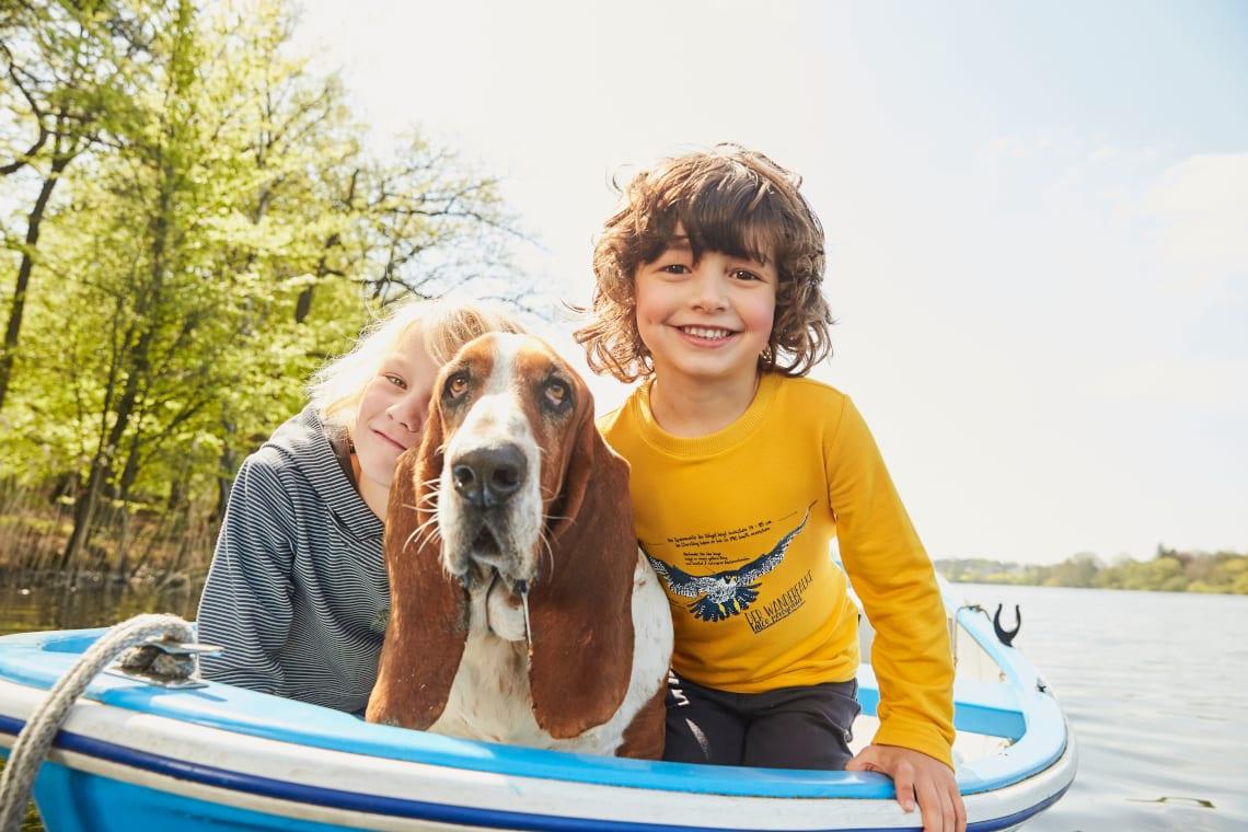 Vatertags-Idee: Kinder beim Bootfahren