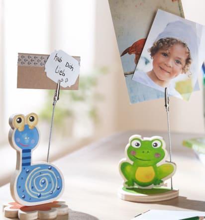 Vatertagsgeschenke basteln: Bunte Tierchen mit eingeklemmten Fotos und Notizen