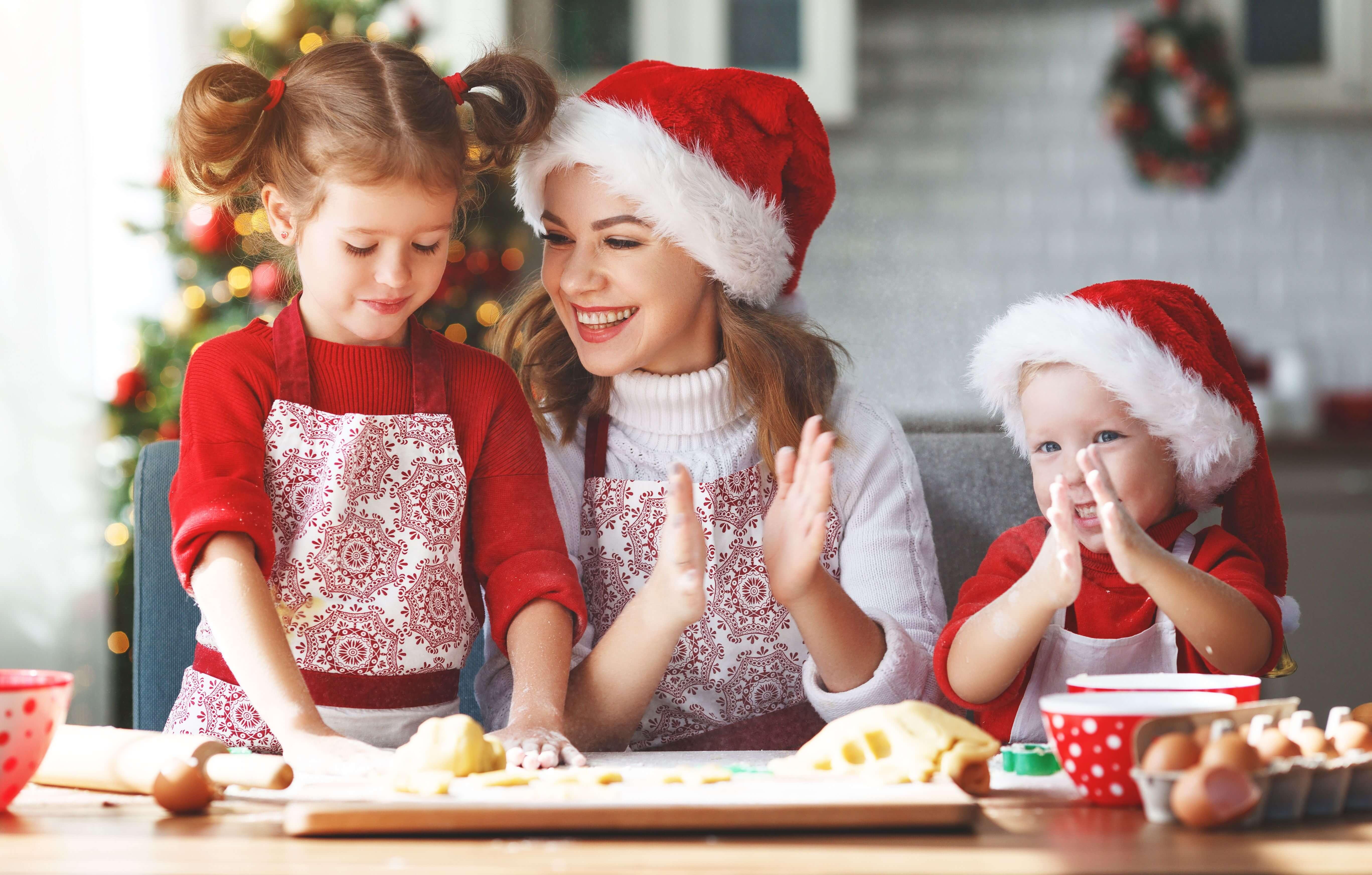 mutter-backt-mit-kindern-an-weihnachten-as-230712183.jpeg