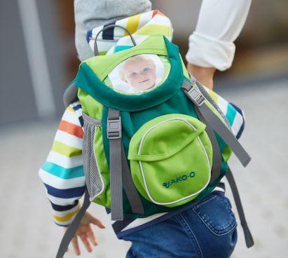 eingewoehnung-krippe-kind-mit-kindergartenrucksack.jpg