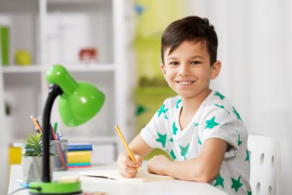 einschulung-junge-lernt-am-schreibtisch-zuhause.jpg