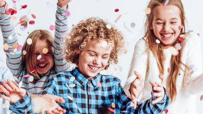 einschulung-kinder-mit-konfetti-bei-der-einschulungsfeier.jpg
