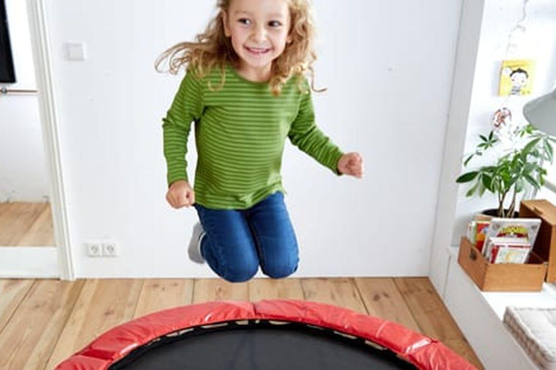 spielen-mit-kindern-maedchen-huepft-auf-trampolin.jpg