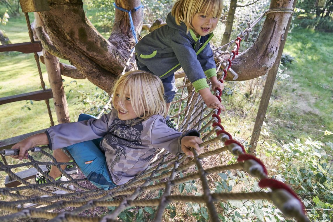 spielen-mit-kindern-jungen-spielen-im-garten.jpg