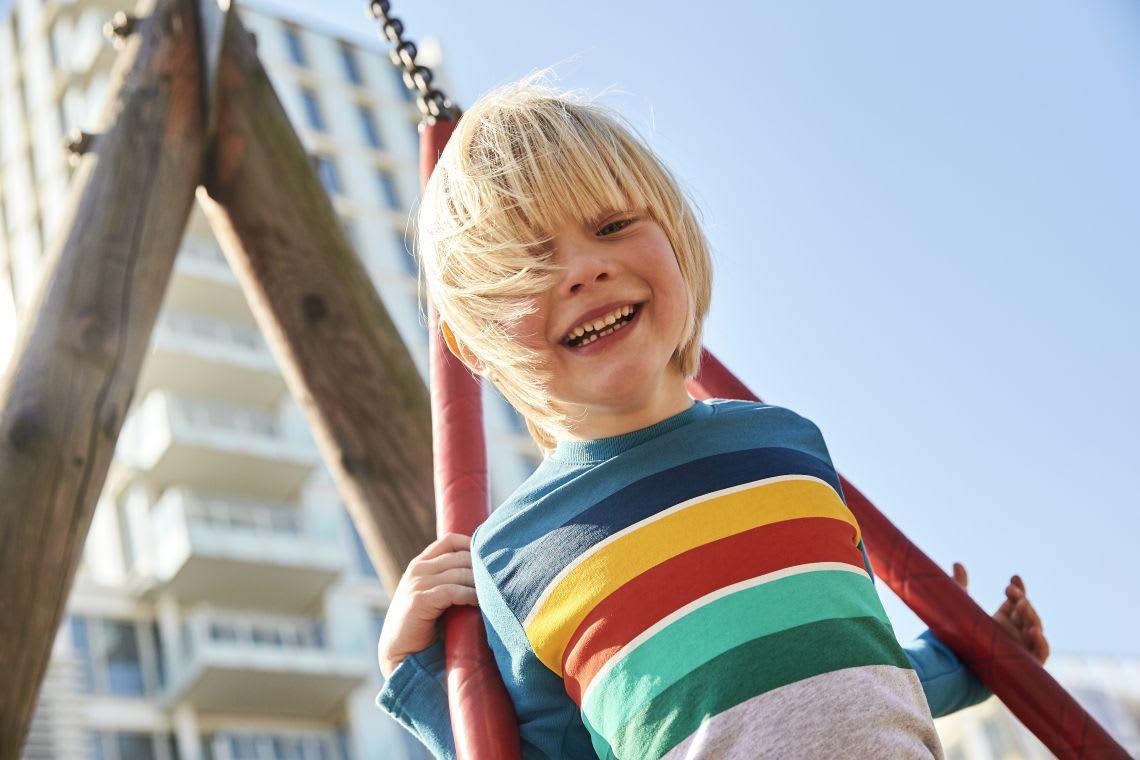spielen-mit-kindern-junge-spielt-auf-spielplatz.jpg