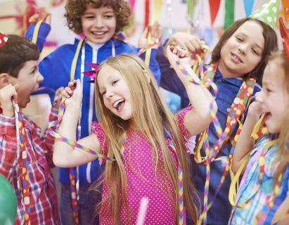 spielen-mit-kindern-party-zum-kindergeburtstag-as-80529169.jpg