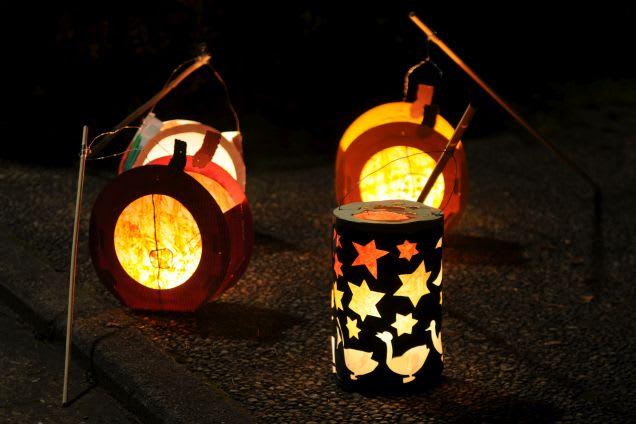 Laternen basteln: Drei Laternen leuchten in Dunkeln