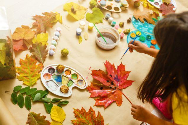 Mädchen beim Basteln mit Blättern